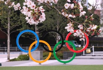 March 31, 2020, Tokyo, Japan - Olympic rings are seen behind cherry blossoms in Tokyo on Tuesday, March 31, 2020. Tokyo 2020 Olympics organizing committee and International Olympic Committee (IOC) announced Tokyo Olympic Games will be held from July 23 to August 8 next year, which was announced to be postponed from this year. (Photo by Yoshio Tsunoda/AFLO)