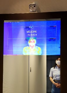 "July 13, 2020, Tokyo, Japan - Japan\'s electronics giant NEC displays a digital mirror which enables to recognize visitors\' faces with or not with face masks and measures visitors\' temperatures at NEC\'s headquarters in Tokyo on Monday, July 13, 2020. NEC introduces several technologies for the digital offices with biometrics to form the ""New Normal"" digitalization society. (Photo by Yoshio Tsunoda\/AFLO"