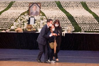 Park Won-Soon, July 13, 2020 : People weep as they express their condolences to late Seoul Mayor Park Won-Soon during his funeral at the Seoul City Hall building in Seoul, South Korea. The funeral was broadcast online to prevent possible infection of Covid-19 corona virus among attendees. Park Won-Soon was three-term mayor and was regarded as a potential presidential candidate. He was found dead in a suicide on a mountain near his residence early July 10, hours after he was reported missing by his family. Local media reported Park was accused of sexually harassing his former female assistant. (Photo by Lee Jae-Won\/AFLO) (SOUTH KOREA