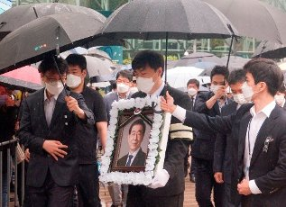 Park Won-Soon, July 13, 2020 : A relative carries the portrait of late Seoul Mayor Park Won-Soon during Park\'s funeral at the Seoul City Hall building in Seoul, South Korea. The funeral was broadcast online to prevent possible infection of Covid-19 corona virus among attendees. Park Won-Soon was three-term mayor and was regarded as a potential presidential candidate. He was found dead in a suicide on a mountain near his residence early July 10, hours after he was reported missing by his family. Local media reported Park was accused of sexually harassing his former female assistant. (Photo by Lee Jae-Won\/AFLO) (SOUTH KOREA