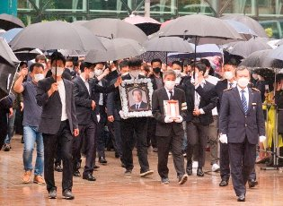Park Won-Soon, July 13, 2020 : People carry the portrait and mortuary tablet of late Seoul Mayor Park Won-Soon during his funeral at the Seoul City Hall building in Seoul, South Korea. The funeral was broadcast online to prevent possible infection of Covid-19 corona virus among attendees. Park Won-Soon was three-term mayor and was regarded as a potential presidential candidate. He was found dead in a suicide on a mountain near his residence early July 10, hours after he was reported missing by his family. Local media reported Park was accused of sexually harassing his former female assistant. (Photo by Lee Jae-Won\/AFLO) (SOUTH KOREA