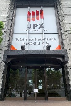 The Tokyo Stock Exchange (TSE) building is seen after the TSE temporarily suspended all trading due to system problems in Tokyo, Japan October 1, 2020. (Photo by AFLO