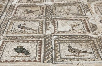 ARTE ROMANO. ESPAÑA. ITALICA. Ciudad fundada hacia 206 a. C., por iniciativa de Cornelio Escipión. Casa de los pájaros. Domus romana señorial. Vista de uno de los mosaicos que decoraban las estancias y que da nombre a la casa. Santiponce. Provincia de Sevilla. Andalucia.Spain, Andalusia, Seville province, Santiponce. Italica. Roman city founded in 206 BC by the Roman general Publis Cornelius Scipio. House of the Birds. Roman domus. Detail of the mosaic which gives the house its name. There are more than thirty species of birds.. Album \/ Prisma. .