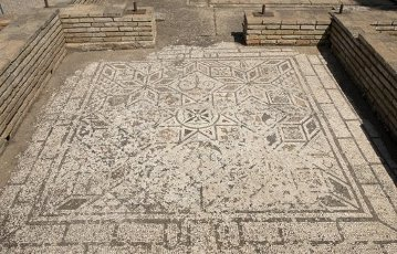 ARTE ROMANO. ESPAÑA. ITALICA. Ciudad fundada hacia 206 a. C., por iniciativa de Cornelio Escipión. Casa de los pájaros. Domus romana señoria. Detalle de un mosaico de una de las habitaciones. Santiponce. Provincia de Sevilla. Andalucia.Spain, Andalusia, Seville province, Santiponce. Italica. Roman city founded in 206 BC by the Roman general Publis Cornelius Scipio. House of the Birds. Roman domus. Ruins of a mosaic of the floor tiles.. Album \/ Prisma. .
