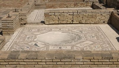 ARTE ROMANO. ESPAÑA. ITALICA. Ciudad fundada hacia 206 a. C., por iniciativa de Cornelio Escipión. Casa de los pájaros. Domus romana señoria. Detalle de uno de los mosaicos que decoraban las entancias vivienda. Santiponce. Provincia de Sevilla. Andalucia.Spain, Andalusia, Seville province, Santiponce. Italica. Roman city founded in 206 BC by the Roman general Publis Cornelius Scipio. House of the Birds. Roman domus. Ruins of a mosaic of the floor tiles.. Album \/ Prisma. .