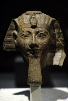 ARTE EGIPCIO. EGIPTO. Cabeza de estatua de la faraona Hatshepsut o del faraón Thutmosis III. Imperio Nuevo. 18 Dinastía. Hacia el 1460-1450 a. C. Carbonatita. Neues Museum (Nuevo Museo). Berlín. Alemania. Europa.Head of a statue of queen Hatshepsut or of king Thutmose III. 18th dynasty. New Kingdom of Egypt, c. 1460-1450 BC. Carbonatite. Neues Museum (New Museum). Berlin. Germany.. Album \/ Prisma. .