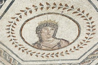 ARTE ROMANO. ESPAÑA. ITALICA. Ciudad fundada hacia 206 a. C., por iniciativa de Cornelio Escipión. Mosaico del Planetario. Representación de Venus, una de los sietes dioses asociacos a los astros que regían el Universo (Viernes). Santiponce. Provincia de Sevilla. Andalucia.Spain, Andalusia, Seville province, Santiponce. Roman city of Italica. Founded in 206 BC by the Roman general Scipio. House of the Planetarium. Mosaic which represents the seven stars of the solar system known at that time by the Romans. Each planet is personified by a god, in turn, symbolises a day of the week. Detail of Venus (Friday).. Album \/ Prisma. .