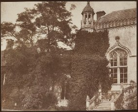West front of Lacock Abbey, Wiltshire, early 1840s. 1840s. Salted paper print from a calotype negative. Source: Talbot Photo 2 (308). Autor: WILLIAM HENRY FOX TALBOT.West front of Lacock Abbey, Wiltshire, early 1840s. 1840s. Salted paper print from a calotype negative. Source: Talbot Photo 2 (308). Author: WILLIAM HENRY FOX TALBOT.. Album \/ British Library. .