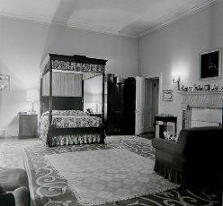 Embajada de Londres, dormitorio del embajador español, año 1975.Embajada de Londres, dormitorio del embajador español, año 1975.. Album \/ Ramon Manent. .