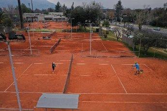 Santiago. 14 Agosto de 2020. El gobierno autorizó poder practicar tenis en las comunas que salieron de cuarentena. En la foto, personas juegan tenis en la comuna de Vitacura