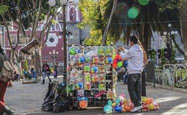 Peddler of toys in central plaza of Puebla, downtown Puebla