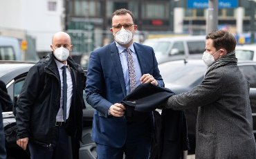 19 April 2021, Berlin: Jens Spahn (CDU, M), Federal Minister of Health, arrives at the opening of a rapid test center of a dm drugstore in front of the Mall of Berlin. The drugstore chain dm offers free Covid-19 antigen rapid tests in 100 Corona rapid test centers at its store locations nationwide. Photo: Bernd von Jutrczenka\/dpa