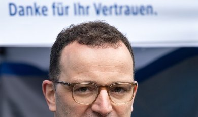 19 April 2021, Berlin: Jens Spahn (CDU), Federal Minister of Health, opens the rapid test center of a dm drugstore in front of the Mall of Berlin. The drugstore chain dm offers free Covid-19 antigen rapid tests in 100 Corona rapid test centers at its store locations nationwide. Photo: Bernd von Jutrczenka\/dpa