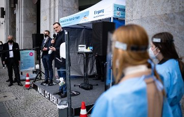 19 April 2021, Berlin: Jens Spahn (CDU,M), Federal Minister of Health, opens the rapid test center of a dm drugstore in front of the Mall of Berlin together with Christoph Werner (2nd from left), Chairman of the dm Management Board. The drugstore chain dm offers free Covid-19 antigen rapid tests in 100 Corona Rapid Test Centers at its store locations nationwide. Photo: Bernd von Jutrczenka\/dpa