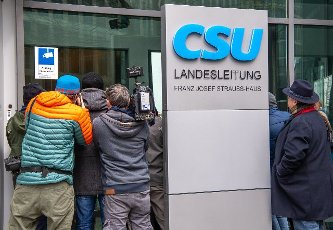 19 April 2021, Berlin: Journalists try to catch a picture of CSU leader Markus Söder through the windows after his convoy of cars has driven straight into the underground car park of the CSU\'s national leadership. After an inconclusive meeting between Laschet and Söder during the night, the outcome of the power struggle over the CDU\/CSU\'s candidacy for chancellor is eagerly awaited. Photo: Peter Kneffel\/dpa