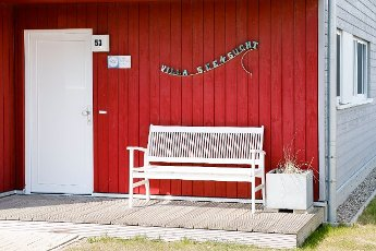 "19 April 2021, Schleswig-Holstein, Kappeln: A bench stands in front of the holiday home ""Villa Seensucht"" in the Baltic Sea resort Olpenitz on the Schlei. As a participant in the tourism model project ""Ostsee-Fjord-Schlei"", the resort will once again be allowed to accommodate visitors in the holiday homes from 19 April 2021. Photo: Frank Molter\/dpa"