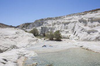14 May 2021, Greece, Milos: A view of Sarakiniko beach, a beach on the Greek island of Milos. Saturday, May 15, marks the official start of the 2021 tourism season in Greece, when most of the previous Corona restrictions will fall away, including the ban on travel within the country. Tourism is an important economic factor for the country. Photo: Socrates Baltagiannis\/dpa