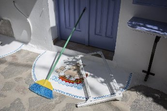 14 May 2021, Greece, Plaka: A freshly painted doorstep in the village of Plaka on the Greek island of Milos. Saturday, May 15, marks the official start of the 2021 tourism season in Greece, when most of the previous Corona restrictions will fall away, including the ban on travel within the country. Tourism is an important economic factor for the country. Photo: Socrates Baltagiannis\/dpa