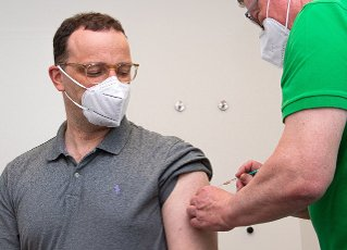 14 May 2021, North Rhine-Westphalia, Legden: Jens Spahn (l,CDU), Federal Minister of Health, is vaccinated with the AstraZeneca vaccine at Volker Schrage\'s (r) GP practice. This is his first vaccination against the coronavirus. Photo: Guido Kirchner\/dpa