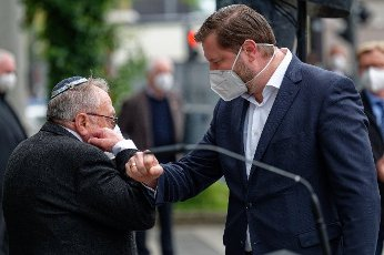 14 May 2021, North Rhine-Westphalia, Solingen: Leonid Goldberg, Chairman of the Jewish Religious Community (l) and Tim Kurzbach, Mayor of Solingen (SPD) greet each other at a rally against hatred and the resurgence of anti-Semitism. Photo: Henning Kaiser\/dpa
