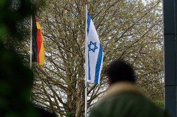14 May 2021, North Rhine-Westphalia, Solingen: An Israeli flag hangs on a pole in front of the town hall. After an Israeli flag was burned, the city of Solingen sets a sign against hate and against the resurgence of anti-Semitism with a rally. Photo: Henning Kaiser\/dpa