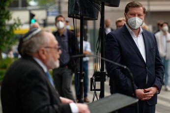 14 May 2021, North Rhine-Westphalia, Solingen: Leonid Goldberg, Chairman of the Jewish Religious Community (l), speaks at a rally against hate and against the resurgence of anti-Semitism. Tim Kurzbach, Mayor of Solingen (SPD) listens. Photo: Henning Kaiser\/dpa