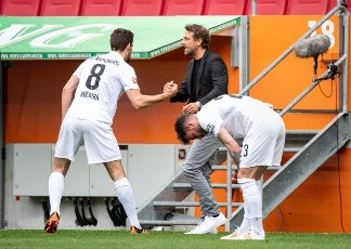 15 May 2021, Bavaria, Augsburg: Football: Bundesliga, FC Augsburg - Werder Bremen, 33rd matchday at WWK Arena. Coach Markus Weinzierl (r) celebrates with scorer Rani Khedira (l) of FC Augsburg after his goal for 1:0. Photo: Matthias Balk\/dpa - IMPORTANT NOTE: In accordance with the regulations of the DFL Deutsche Fußball Liga and\/or the DFB Deutscher Fußball-Bund, it is prohibited to use or have used photographs taken in the stadium and\/or of the match in the form of sequence pictures and\/or video-like photo series