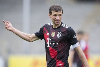 15 May 2021, Baden-Wuerttemberg, Freiburg im Breisgau: Football: Bundesliga, SC Freiburg - Bayern Munich, 33rd matchday at the Black Forest Stadium. Munich\'s Thomas Müller gesticulates. Photo: Tom Weller\/dpa - IMPORTANT NOTE: In accordance with the regulations of the DFL Deutsche Fußball Liga and\/or the DFB Deutscher Fußball-Bund, it is prohibited to use or have used photographs taken in the stadium and\/or of the match in the form of sequence pictures and\/or video-like photo series