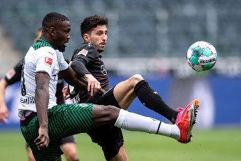15 May 2021, North Rhine-Westphalia, Mönchengladbach: Football: Bundesliga, Borussia Mönchengladbach - VfB Stuttgart, 33rd matchday at Borussia-Park. Gladbach\'s Marcus Thuram (l) and Stuttgart\'s Ibrahima Traore fight for the ball. Photo: Marius Becker\/dpa - IMPORTANT NOTE: In accordance with the regulations of the DFL Deutsche Fußball Liga and\/or the DFB Deutscher Fußball-Bund, it is prohibited to use or have used photographs taken in the stadium and\/or of the match in the form of sequence pictures and\/or video-like photo series