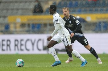 15 May 2021, North Rhine-Westphalia, Bielefeld: Football: Bundesliga, Arminia Bielefeld - TSG 1899 Hoffenheim, Matchday 33 at Schüco Arena. Bielefeld\'s Arne Maier (r) battles for the ball with Hoffenheim\'s Diadie Samassekou (l). Photo: Friso Gentsch\/dpa - IMPORTANT NOTE: In accordance with the regulations of the DFL Deutsche Fußball Liga and\/or the DFB Deutscher Fußball-Bund, it is prohibited to use or have used photographs taken in the stadium and\/or of the match in the form of sequence pictures and\/or video-like photo series