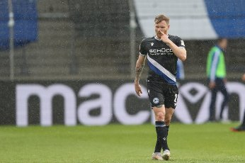 15 May 2021, North Rhine-Westphalia, Bielefeld: Football: Bundesliga, Arminia Bielefeld - TSG 1899 Hoffenheim, 33rd matchday at Schüco Arena. Bielefeld\'s Andreas Voglsammer touches his nose. Photo: Friso Gentsch\/dpa - IMPORTANT NOTE: In accordance with the regulations of the DFL Deutsche Fußball Liga and\/or the DFB Deutscher Fußball-Bund, it is prohibited to use or have used photographs taken in the stadium and\/or of the match in the form of sequence pictures and\/or video-like photo series