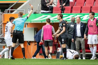 15 May 2021, Bavaria, Augsburg: Football: Bundesliga, FC Augsburg - Werder Bremen, 33rd matchday at WWK Arena. Referee Robert Schröder (l) shows Christian Groß (M) of Werder Bremen the red card. The fouled Florian Niederlechner of FC Augsburg is on the ground. Photo: Matthias Balk\/dpa - IMPORTANT NOTE: In accordance with the regulations of the DFL Deutsche Fußball Liga and\/or the DFB Deutscher Fußball-Bund, it is prohibited to use or have used photographs taken in the stadium and\/or of the match in the form of sequence pictures and\/or video-like photo series