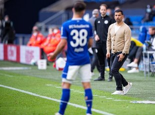 15 May 2021, North Rhine-Westphalia, Gelsenkirchen: Football: Bundesliga, FC Schalke 04 - Eintracht Frankfurt, Matchday 33 at Veltins Arena. Schalke coach Dimitrios Grammozis is on the touchline. Photo: Guido Kirchner\/dpa - IMPORTANT NOTE: In accordance with the regulations of the DFL Deutsche Fußball Liga and\/or the DFB Deutscher Fußball-Bund, it is prohibited to use or have used photographs taken in the stadium and\/or of the match in the form of sequence pictures and\/or video-like photo series