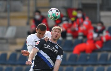 15 May 2021, North Rhine-Westphalia, Bielefeld: Football: Bundesliga, Arminia Bielefeld - TSG 1899 Hoffenheim, 33rd matchday at Schüco Arena. Bielefeld\'s Fabian Klos (r) battles for the ball with Hoffenheim\'s Kevin Akpoguma (l). Photo: Friso Gentsch\/dpa - IMPORTANT NOTE: In accordance with the regulations of the DFL Deutsche Fußball Liga and\/or the DFB Deutscher Fußball-Bund, it is prohibited to use or have used photographs taken in the stadium and\/or of the match in the form of sequence pictures and\/or video-like photo series