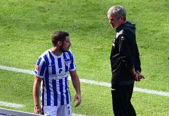 15 May 2021, Berlin: Football: Bundesliga, Hertha BSC - 1. FC Köln, Matchday 33 at the Olympiastadion. Cologne\'s coach Friedhelm Funkel talks to Hertha\'s Mathew Leckie during the match. IMPORTANT NOTE: In accordance with the regulations of the DFL Deutsche Fußball Liga and the DFB Deutscher Fußball-Bund, it is prohibited to use or have used photographs taken in the stadium and\/or of the match in the form of sequence pictures and\/or video-like photo series. Photo: Soeren Stache\/dpa-Pool\/dpa
