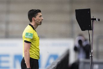 15 May 2021, Baden-Wuerttemberg, Freiburg im Breisgau: Football: Bundesliga, SC Freiburg - Bayern Munich, Matchday 33 at Schwarzwald-Stadion. Referee Florian Badstübner looks at an action in VAR (video evidence) and decides on a penalty. Photo: Tom Weller\/dpa - IMPORTANT NOTE: In accordance with the regulations of the DFL Deutsche Fußball Liga and\/or the DFB Deutscher Fußball-Bund, it is prohibited to use or have used photographs taken in the stadium and\/or of the match in the form of sequence pictures and\/or video-like photo series