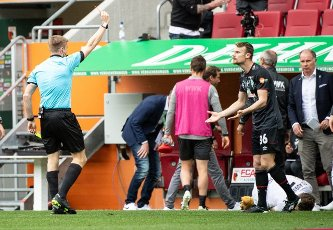 15 May 2021, Bavaria, Augsburg: Football: Bundesliga, FC Augsburg - Werder Bremen, Matchday 33 at WWK Arena. Referee Robert Schröder shows Christian Groß (r) of Werder Bremen the red card. Photo: Matthias Balk\/dpa - IMPORTANT NOTE: In accordance with the regulations of the DFL Deutsche Fußball Liga and\/or the DFB Deutscher Fußball-Bund, it is prohibited to use or have used photographs taken in the stadium and\/or of the match in the form of sequence pictures and\/or video-like photo series