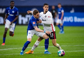 15 May 2021, North Rhine-Westphalia, Gelsenkirchen: Football: Bundesliga, FC Schalke 04 - Eintracht Frankfurt, Matchday 33 at Veltins Arena. Frankfurt\'s Andre Silva (r) and Schalke\'s Bastian Oczipka fight for the ball. Photo: Guido Kirchner\/dpa - IMPORTANT NOTE: In accordance with the regulations of the DFL Deutsche Fußball Liga and\/or the DFB Deutscher Fußball-Bund, it is prohibited to use or have used photographs taken in the stadium and\/or of the match in the form of sequence pictures and\/or video-like photo series