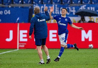 15 May 2021, North Rhine-Westphalia, Gelsenkirchen: Football: Bundesliga, FC Schalke 04 - Eintracht Frankfurt, Matchday 33 at Veltins Arena. Schalke\'s Blendi Idrizi (r) celebrates his goal to make it 2:2 with Schalke\'s co-trainer Mike Büskens. Photo: Guido Kirchner\/dpa - IMPORTANT NOTE: In accordance with the regulations of the DFL Deutsche Fußball Liga and\/or the DFB Deutscher Fußball-Bund, it is prohibited to use or have used photographs taken in the stadium and\/or of the match in the form of sequence pictures and\/or video-like photo series