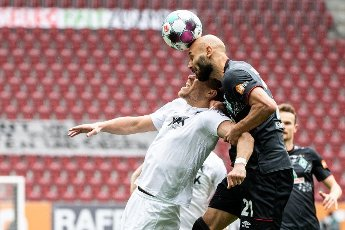 15 May 2021, Bavaria, Augsburg: Football: Bundesliga, FC Augsburg - Werder Bremen, 33rd matchday at WWK Arena. FC Augsburg\'s Florian Niederlechner (l) and Werder Bremen\'s Ömer Toprak in a header duel for the ball. Photo: Matthias Balk\/dpa - IMPORTANT NOTE: In accordance with the regulations of the DFL Deutsche Fußball Liga and\/or the DFB Deutscher Fußball-Bund, it is prohibited to use or have used photographs taken in the stadium and\/or of the match in the form of sequence pictures and\/or video-like photo series