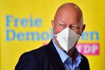 12 June 2021, Thuringia, Erfurt: Thomas Kemmerich, FDP state chairman, wears an FFP2 mask at the state party conference of the Thuringian FDP. The party wants to re-elect its party leadership. Thomas Kemmerich is running again for the state chair. Photo: Martin Schutt\/dpa-Zentralbild\/dpa