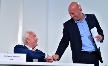 12 June 2021, Thuringia, Erfurt: Thomas Kemmerich (r), Thuringia\'s FDP state chairman, welcomes Wolfgang Kubicki, deputy federal chairman of the FDP, at the Thuringia FDP state party conference. Thomas Kemmerich is once again running for the state chairmanship. Photo: Martin Schutt\/dpa-Zentralbild\/dpa