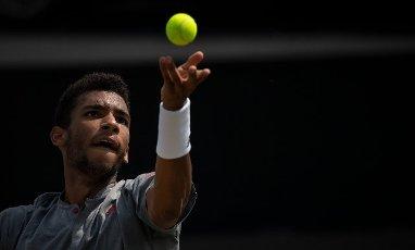 12 June 2021, Baden-Wuerttemberg, Stuttgart: Tennis: ATP Tour - Stuttgart, Singles, Men, Semifinals. Felix Auger-Aliassime from Canada serves against Querrey from the USA. Photo: Marijan Murat\/dpa
