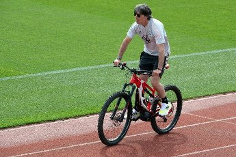 12 June 2021, Bavaria, Herzogenaurach: Football: European Championship, national team, training on the Adi Dassler sports field. Germany\'s national coach Joachim Löwin rides his bike to training. Photo: Federico Gambarini\/dpa - IMPORTANT NOTE: In accordance with the regulations of the DFL Deutsche Fußball Liga and\/or the DFB Deutscher Fußball-Bund, it is prohibited to use or have used photographs taken in the stadium and\/or of the match in the form of sequence pictures and\/or video-like photo series