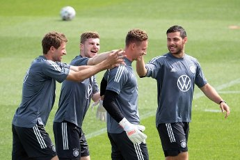 12 June 2021, Bavaria, Herzogenaurach: Football: European Championship, national team, training at the Adi Dassler sports ground. Germany\'s Thomas Müller(l-r), Timo Werner, goalkeeper Bernd Leno and Kevin Volland joke during training. Photo: Federico Gambarini\/dpa - IMPORTANT NOTE: In accordance with the regulations of the DFL Deutsche Fußball Liga and\/or the DFB Deutscher Fußball-Bund, it is prohibited to use or have used photographs taken in the stadium and\/or of the match in the form of sequence pictures and\/or video-like photo series