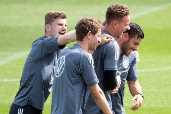 12 June 2021, Bavaria, Herzogenaurach: Football: European Championship, national team, training at the Adi Dassler sports ground. Germany\'s Timo Werner (l-r), Thomas Müller, goalkeeper Bernd Leno and Kevin Volland joke during training. Photo: Federico Gambarini\/dpa - IMPORTANT NOTE: In accordance with the regulations of the DFL Deutsche Fußball Liga and\/or the DFB Deutscher Fußball-Bund, it is prohibited to use or have used photographs taken in the stadium and\/or of the match in the form of sequence pictures and\/or video-like photo series
