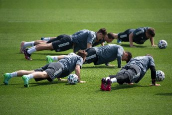 12 June 2021, Bavaria, Herzogenaurach: Football: European Championship, national team, training on the Adi Dassler sports field. The players do push-ups during training. Photo: Federico Gambarini\/dpa - IMPORTANT NOTE: In accordance with the regulations of the DFL Deutsche Fußball Liga and\/or the DFB Deutscher Fußball-Bund, it is prohibited to use or have used photographs taken in the stadium and\/or of the match in the form of sequence pictures and\/or video-like photo series