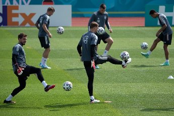 12 June 2021, Bavaria, Herzogenaurach: Football: European Championship, national team, training at the Adi Dassler sports ground. Germany\'s goalkeeper Kevin Trapp (l-r), Toni Kroos, goalkeeper Manuel Neuer, Niklas Süle, and Jamal Musiala in action during training. Photo: Federico Gambarini\/dpa - IMPORTANT NOTE: In accordance with the regulations of the DFL Deutsche Fußball Liga and\/or the DFB Deutscher Fußball-Bund, it is prohibited to use or have used photographs taken in the stadium and\/or of the match in the form of sequence pictures and\/or video-like photo series