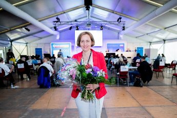 12 June 2021, Berlin: Beatrix von Storch, deputy leader of the AfD parliamentary group, holds a bouquet of flowers after being elected number one on the list for the federal election at the AfD Berlin election meeting in Berlin-Biesdorf (Marzahn-Hellersdorf). The Berlin AfD state association will determine its candidates for the federal election on September 26, 2021 this weekend. Photo: Christoph Soeder\/dpa