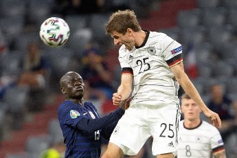 15 June 2021, Bavaria, Munich: Football: European Championship, France - Germany, preliminary round, Group F, 1st matchday in the EM Arena Munich. Germany\'s Thomas Müller (r) and France\'s N\'Golo Kante fight for the ball. Photo: Federico Gambarini\/dpa